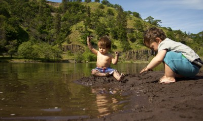 kids playing the columbia river